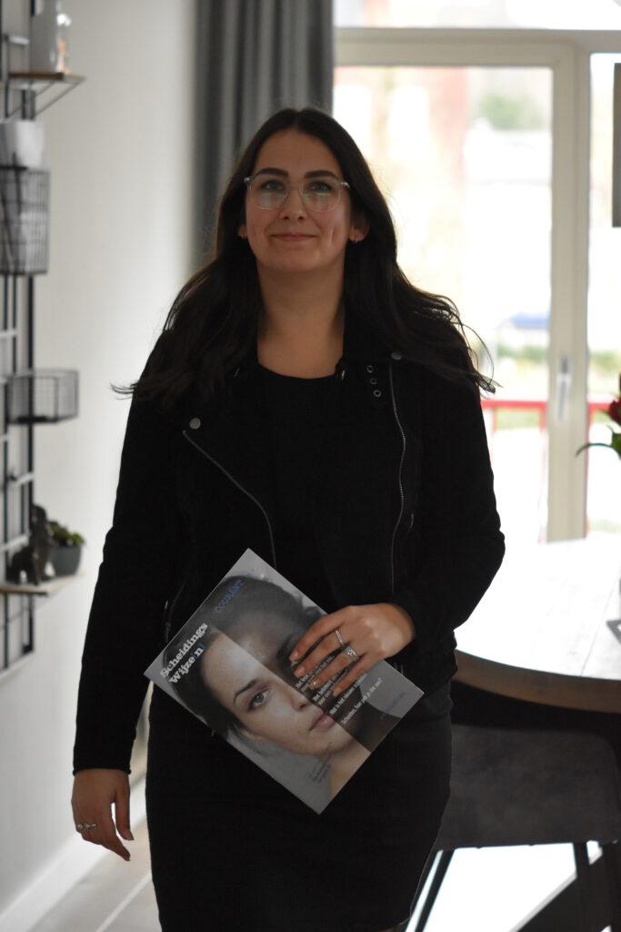Melissa Molenschot met courant van Scheidingswijze[n].